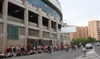 Los alrededores del Vicente Calderón en el último partido de Liga de su historia: Ravelo.
