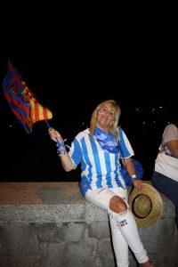 Una aficionada del Alavés con una bandera del Barça que le habían regalado: CR.