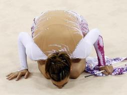 Almudena se despide de la alta competición besando el tapiz: EFE.