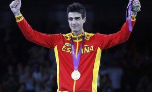Joel González con la medalla de oro colgada al cuello: EFE.
