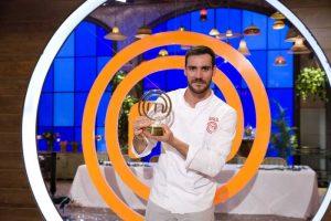 Saúl Craviotto con el trofeo de ganador de MasterChef Celebrity: RTVE.