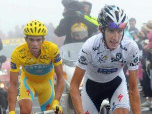 Alberto Contador y Andy Schleck en plena montaña: Bernard Papon-EFE.
