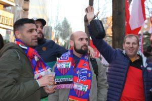 Aficionados llegados de Almendralejo animan antes de entrar al estadio para ver el Rayo Vallecano-Extremadura: Ravelo.