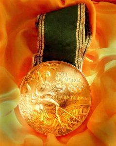 La RFEG tuvo el detalle de crear una réplica del oro olímpico para el cuerpo técnico que trabajó con el conjunto en Atlanta 96: Foto cedida por Marisa Mateo.