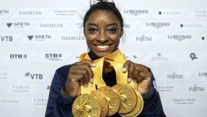 Simone Biles posa con las cinco medallas de oro que ganó en el pasado Mundial de Sttutgart: Marijan Murat-AP.