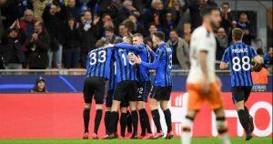 Jugadores del Atalanta celebran uno de sus goles al Valencia: EFE.