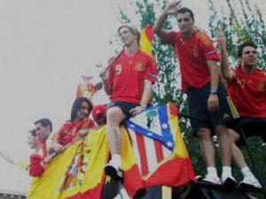 Fernando Torres muestra el escudo del Atlético de Madrid durante la celebración por el triunfo de la Eurocopa 2008.