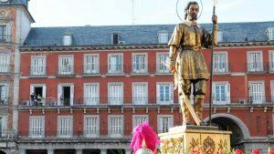 Imagen de archivo de la procesión de San Isidro a su paso por Plaza Mayor: Ayuntamiento de Madrid.
