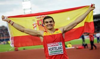 Bruno Hortelano luce orgulloso la bandera de España tras proclamarse campeón de Europa en 2016: Cordon Press.