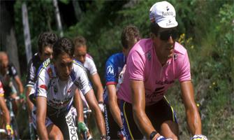 Miguel Induráin y el resto del pelotón en la subida al Santuario de Oropa durante el Giro 93: Agencias.