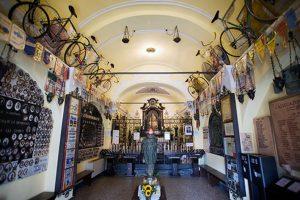 Museo del ciclismo dentro de la misma iglesia de la Madonna del Ghisallo: Thechurchofcycling.tumblr.com.