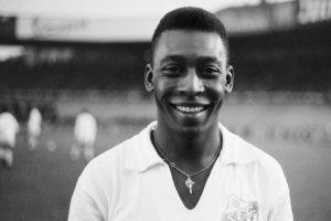 Un jovencísimo Pelé defendiendo la camiseta del Santos: AFP vía Getty Images.
