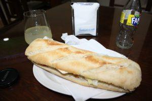 Durante toda la cuarentena he añorado comerme en el bar un bocadillo como este: Ravelo.