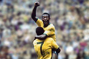 Pelé celebra un gol abrazado a Jairzinho durante el Mundial de México 70: Archivo Agencias.