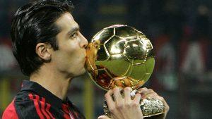 Kaká besa el Balón de Oro con la camiseta del Milan: Reuters.