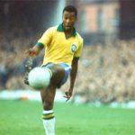 Pelé jugando con la camiseta de la selección brasileña: Archivo Agencias.