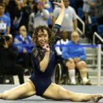 Katelyn Ohashi compitiendo por el equipo de la UCLA: Getty Images.