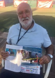Miguel Ángel Zubiarrain mostrando un reportaje suyo en la revista Grandslam: Foto cedida por Miguel Ángel Zubiarrain.