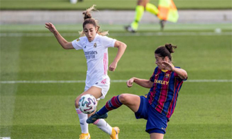 Olga Carmona (Real Madrid) y Marta Torrejón (Barcelona) disputan un balón: EFE.