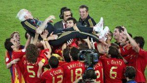 Luis Aragonés, manteado por sus jugadores: EFE.