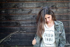 Sara Carbonero luciendo una camiseta de su propia tienda: Slow Love.