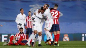 Sergio Ramos y Casemiro se abrazan para celebrar el primer gol del derbi madrileño: Agencias.