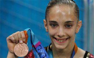 Patricia Moreno muestra orgullosa su medalla de bronce en los Juegos Olímpicos de Atenas 2004: Marca.