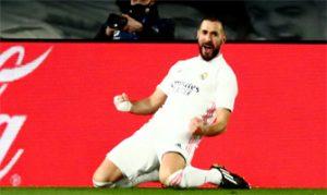 Karim Benzema celebra uno de sus dos goles al Athletic de Bilbao: LaLiga.