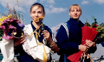 Andreea Raducan y Simona Amânar tras sus vicotrias en Sídney 2000: Comité Olímpico Rumano.