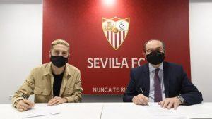 Papu Gómez firmando su contrato con el Sevilla: Sevilla FC.