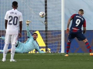 A pesar de los goles encajados, hay una diferencia muy grande entre Thibaut Courtois y la defensa del Real Madrid: EFE.