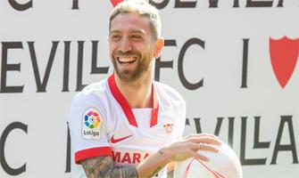 Papu Gómez en su presentación como jugador sevillista: EFE.