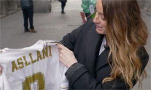 Kosovare Asllani mira atentamente la camiseta del Real Madrid que lleva su nombre y su dorsal: Agencias.