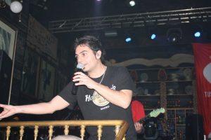 Dylan Ferro cantando con Taxi en la discoteca granadina Mae West en 2009: Isabel Arroyo.
