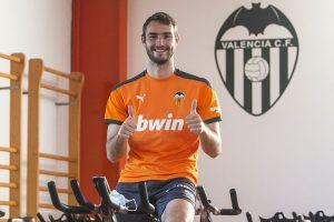 Ferro entrenando en una bicicleta estática: Valencia C.F.