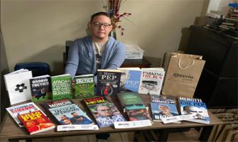 Jonathan Mendoza con ejemplares que vende en la librería 'El Profe': Foto cedida por Jonathan Mendoza.