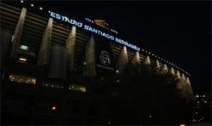 El estadio Santiago Bernabéu de noche: Ravelo.
