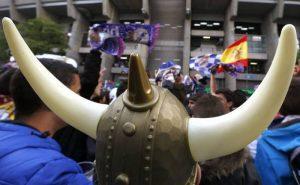 Aficionados vikingos a las puertas del Bernabéu: RTVE.