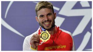 Óscar Husillos muestra orgulloso su medalla de oro: EFE.