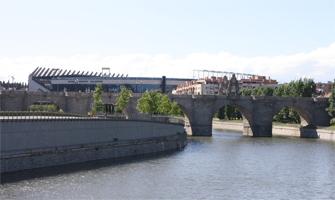 El río Manzanares y a lo lejos, el Vicente Calderón: Ravelo.