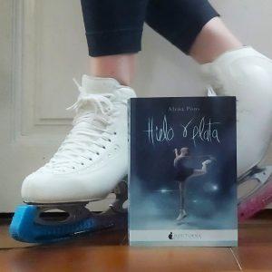 """Alena Pons con sus patines y su libro, """"Hielo y plata"""": Foto cedida por Alena Pons."""