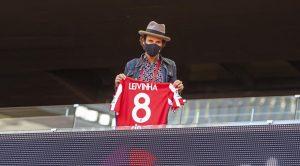 Leiva en el Wanda Metropolitano mostrando la camiseta de Leivinha: Club Atlético de Madrid.
