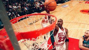 Michael Jordan a punto de encestar el balón: Agencias.