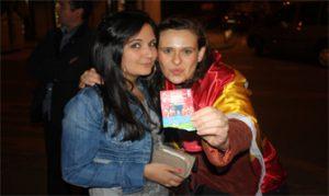 Mi amiga Elisa y yo mostramos la entrada que nos regalaron los de Canal Sur: Ravelo.