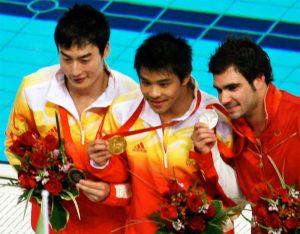 He Chong (oro), Alexandre Despatie (plata) y Qin Kai (bronce) en saltos ornamentales de tres metros en Pekín 2008: Tom Thai.