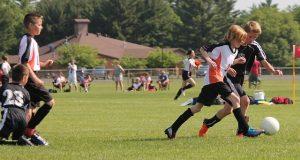 Niños jugando al fútbol: RF.