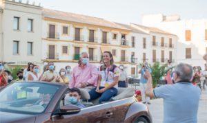 Fátima Gálvez circula en descapotable mientras recibe el cariño de sus paisanos: Ayuntamiento de Baena.