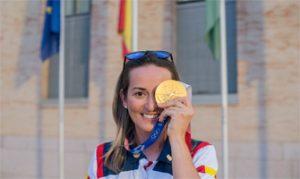 Fátima Gálvez muestra orgullosa su medalla de oro: Ayuntamiento de Baena.
