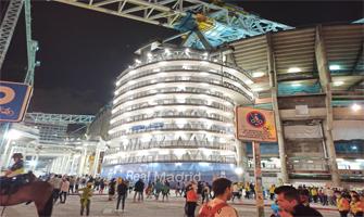 Una de las torres del nuevo Bernabéu iluminada: Ravelo.